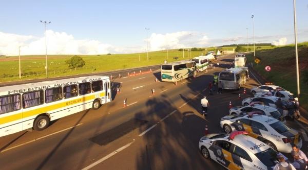 Policiamento Rodoviário fiscaliza o transporte escolar: veículos e condutores são alvos da operação (Foto: Cedida/PM Rodoviária).