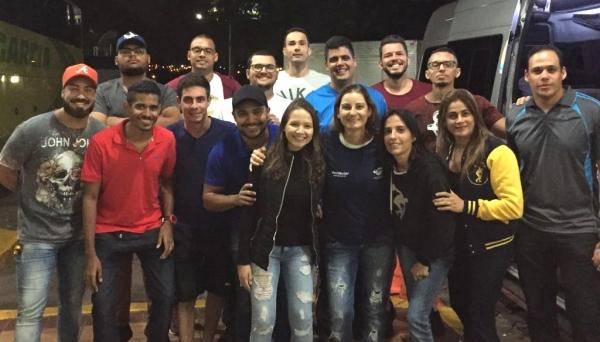 Turma do Bacharelado em Educação Física e coordenadora do curso rumo a São Paulo na madrugada desta quarta, 10 (Foto: Acervo Pessoal).