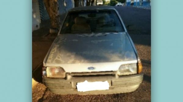 Carro foi visto pelo policiamento ziguezagueando pela pista, motivando a abordagem e prisão do condutor (Cedida/PM Rodoviária).