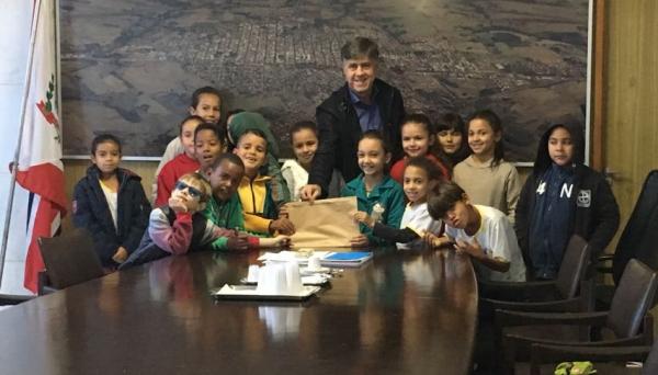 Grupo de alunos da Emef Eurico Leite de Moraes é recebido pelo prefeito Márcio Cardim (Foto: Da Assessoria).