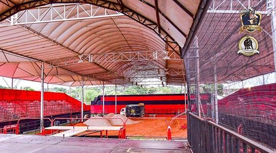 Recinto de rodeio recebe ajustes finais. Área foi totalmente coberta para garantir mais conforto e segurança ao público e competidores (Foto: EPShow).