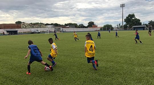 A escolinha de futebol oferece treinamento para as categorias sub-09, sub-11, sub-13, sub-15, sub-18 e sub-20 no período da manhã e tarde no Estádio Municipal e na ACREA.  Os treinos na ACREA ocorrem de quarta e sexta das 8h às 10h30 e na sexta das 16h às 18h (Foto: Selar).