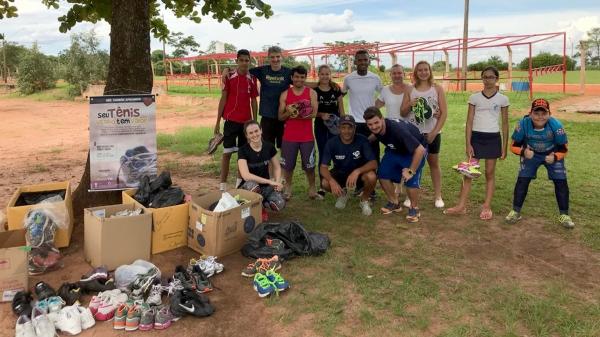 Tênis arrecadados em campanha são entregues aos alunos das escolinhas de atletismo de Adamantina (Foto: Da Assessoria).