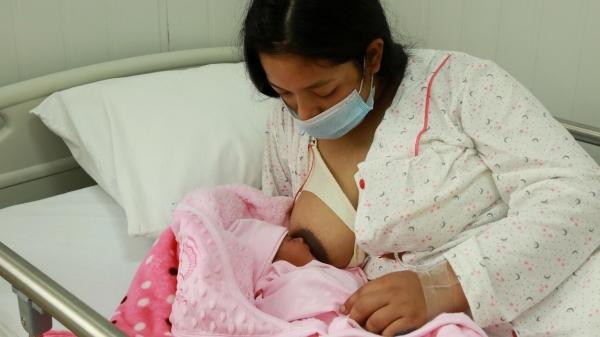 Mães que amamentam devem aguardar avanço da vacinação conforme idade ou a definição de novos grupos prioritários (Foto: Unicef).