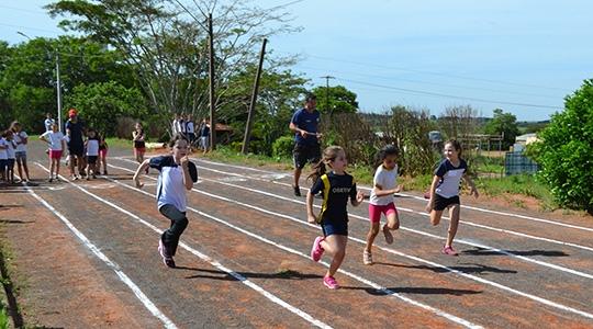 Campeonato Jovem Saudável de Atletismo acontece na manhã deste domingo, na pista de atletismo da Acrea (Foto: Priscila Caldeira/Unifai).