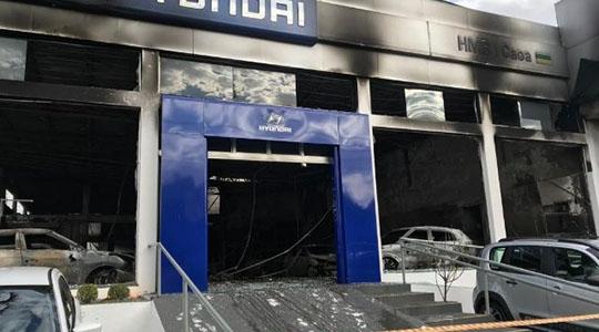 Área de showroom da concessionária ficou completamente destruída pelo incêndio (Imagem: Marcelo Casagrande/SBT).