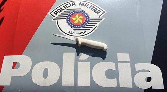 Mulher disse que usou a faca para se defender das agressões (Foto: Cedida/PM).
