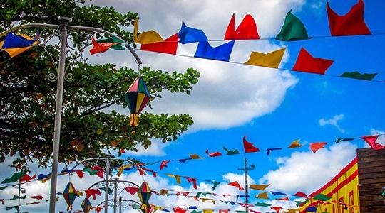 Para evitar acidentes, a organização de festas juninas exige cuidados com a rede de energia elétrica (Imagem: Eduardo dudu por Pixabay).