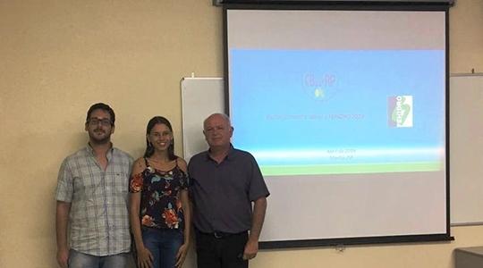 Francieli dos Santos Baptista Duarte e o engenheiro ambiental e interlocutor suplente do Município VerdeAzul, William Bachega com o Geólogo do DAEE de Marília, Emílio Carlos Prandi (Da Assessoria).