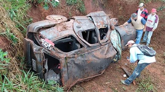 Carro ficou completamente destruído. Motorista morreu no local (Reprodução/Assiscity).