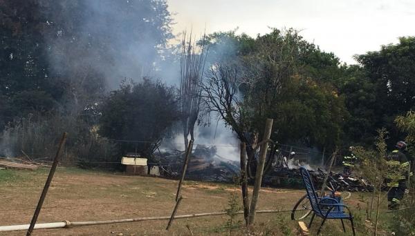 Casa de madeira foi destruída pelo incêndio, matando um morador, de 13 anos (Foto: Stephanie Fonseca/G1).