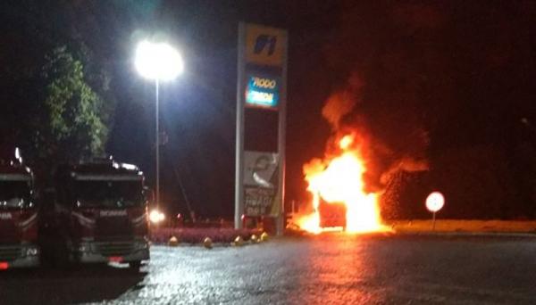 Ônibus fretado que saiu de Panorama pega fogo na região de Curitiba (Foto: Reprodução/Site Jorge Zanoni).