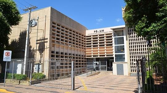 Pedido de pais e alunos, pela redução no valor das mensalidades, foi levado ao Ministério Público de Adamantina, que funciona no prédio do Fórum local (Arquivo/Siga Mais).