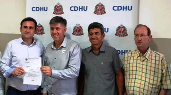 Prefeito Márcio Cardim e os vereadores Eduardo Fiorillo e João Davolli com o presidente da CDHU, Humberto Schmidt (Da Assessoria)