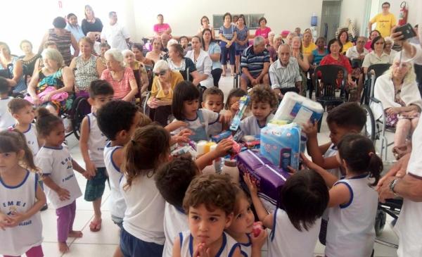 EMEI Ciclo I Pequeno Polegar realizou a entrega de produtos de higiene e beleza para os moradores do Lar dos Velhos (Foto: Da Assessoria).