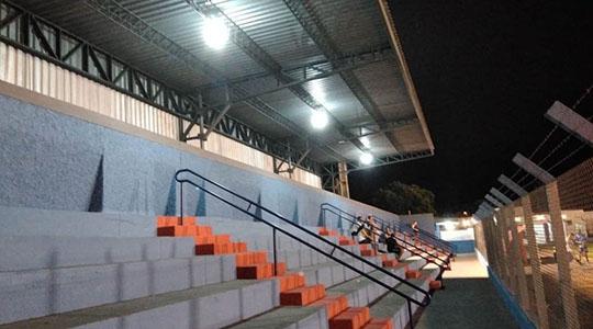 Reeducandos realizam instalação da iluminação na estrutura da arquibancada (Fotos: Da Assessoria).