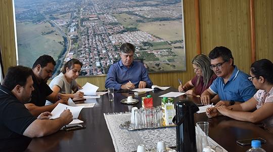 Representantes das seis empresas assinam os termos de concessão de direito real de uso (Foto: Da Assessoria).