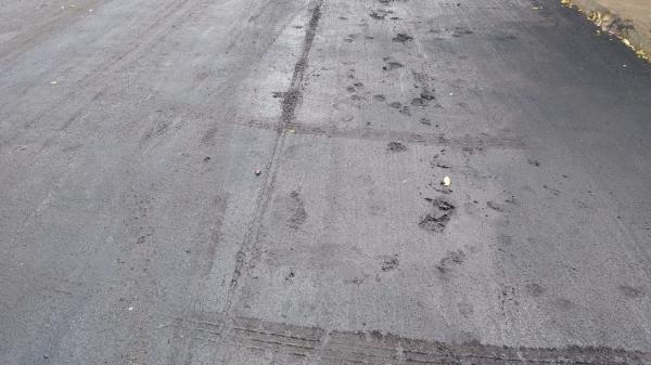 Sem a secagem completa, invasão da área recuperada deixa imperfeições no novo recapeamento (Divulgação/PMA).