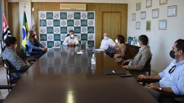 Prof. Dr. Alexandre Teixeira e Prof. Dr. Wendel Soares participam de reunião com o prefeito Márcio Cardim (Foto: Da Assessoria/PMA).