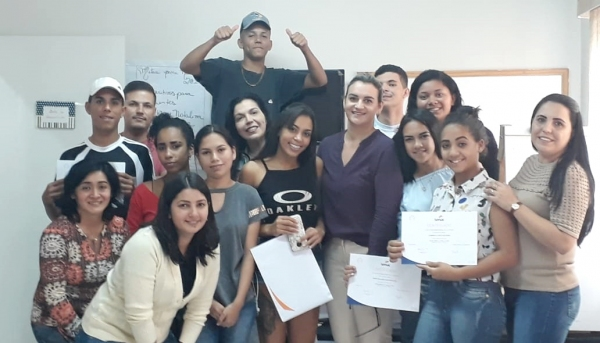 Alunos do curso de Técnicas de Venda e Varejo felizes pela conclusão de mais uma etapa (Da Assessoria).