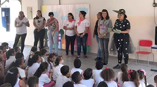 Equipe da ESF do Jardim Adamantina orienta alunos da EMEF Prof. Eurico Leite de Moraes sobre os perigos da dengue e formas de eliminar o mosquito (Da Assessoria).