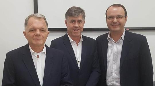 Prefeito Márcio Cardim com o Deputado Estadual Mauro Bragato e o presidente da FDE durante reunião que objetiva a ampliação das creches (Da Assessoria).