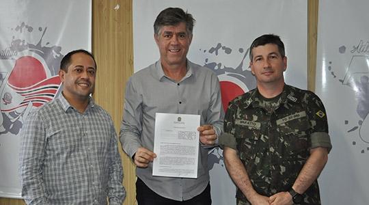 Subtenente Marcelo Eduardo Brufatto com o prefeito Márcio Cardim e o secretário de Administração, Evandro Souza durante assinatura do acordo de cooperação (Da Assessoria).