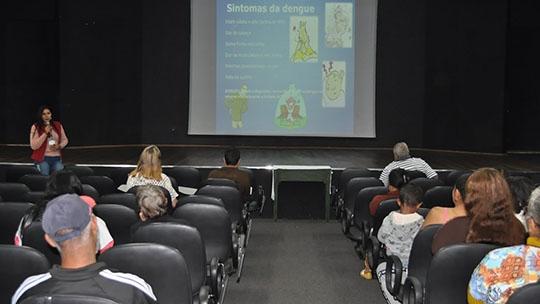Palestra sobre dengue foi dirigida ao público atendido pelo CRAS (Foto: Da Assessoria).