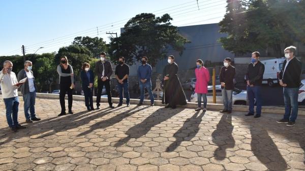 Padre Afonso conduz bênção ao início das obras de ampliação do pronto-socorro da Santa Casa (Divulgação/PMA).