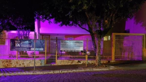 Sede da Secretaria Municipal de Assistência Social, no tema da campanha Junho Violeta  (Divulgação/PMA).