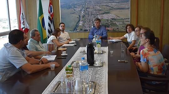 Membros do poder executivo, legislativo e do Grupo de Apoio Materno Infantil (GAMI) durante encontro que objetivou a solicitação de um local para instalação da sede do grupo (Da Assessoria).