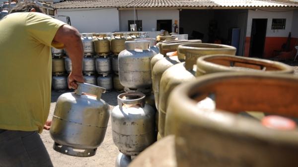 No botijão do gás de cozinha, de 13 kg, a redução é permanente, afirma governo federal (Foto: Pedro Ventura/ Agência Brasília).
