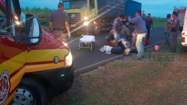 Passageiro da moto foi socorrido pela equipe de resgate do Corpo de Bombeiros (Foto: Diego Pereira/Mais Tupã).