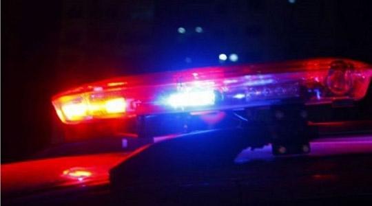 Criança de três anos morre ao cair de garupa da moto do pai em colisão com árvore