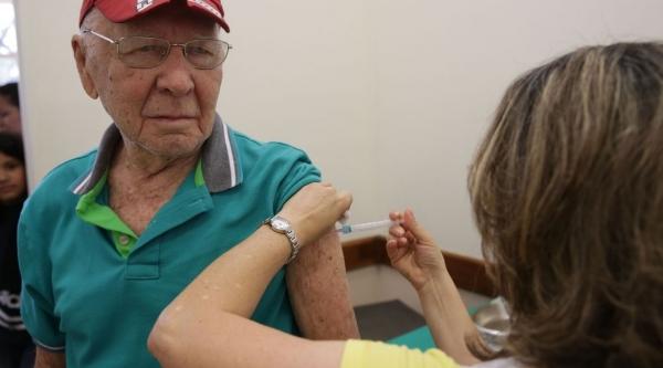 Em Adamantina, idosos são vacinados em casa, contra a gripe. Além da imunização, medida protege grupo de risco contra a exposição ao novo coronavírus  (Foto: Antonio Cruz/ Agência Brasil).