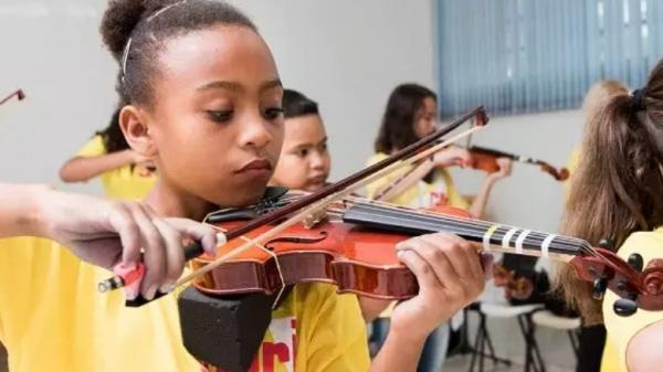 Não é preciso ter conhecimento prévio de música, nem possuir instrumentos ou realizar testes seletivos (Divulgação).