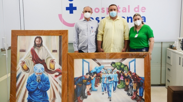 Telas pintadas por detentos foram entregues aos representantes do Hospital (Foto: Divulgação).