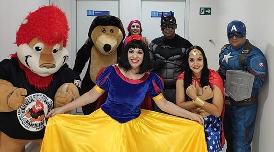 Policiais Militares da região vestiram-se de super heróis e personagens infantis, e, acompanhados do mascote do Proerd, visitaram hospitais em Presidente Prudente (Fotos: Divulgação).