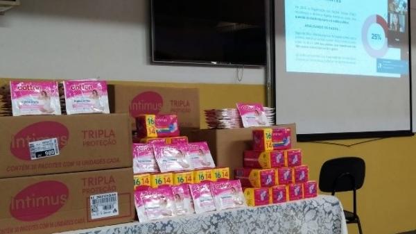 Kits de absorventes íntimos adquiridos pela Escola, para o programa Dignidade Íntima (Divulgação).