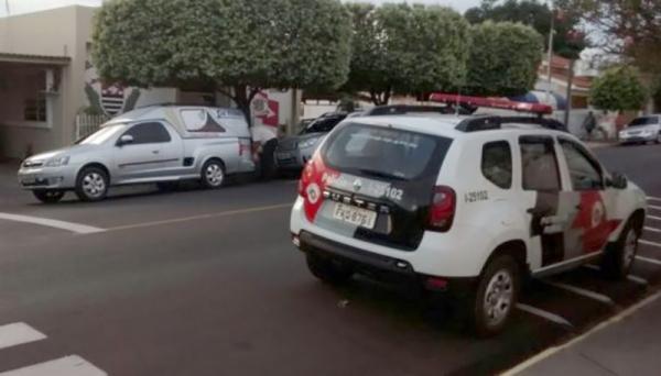 Movimentação da Polícia e o carro funerário, na Delegacia de Polícia nesta sexta-feira de manhã (Foto: Site Junqueirópolis em Dia).