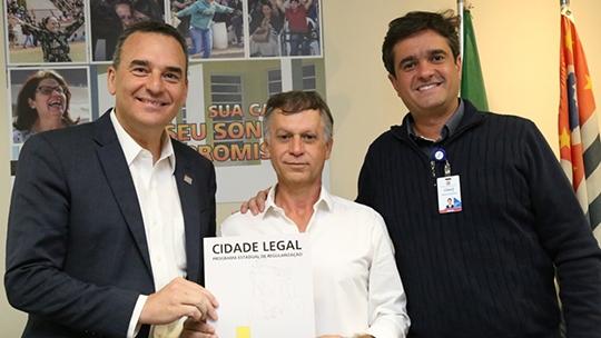 Secretário estadual da habitação Flávio Amary, prefeito Carlinhos Freire e o diretor de atendimento da CDHU, Marcelo Hercolin (Cedida).