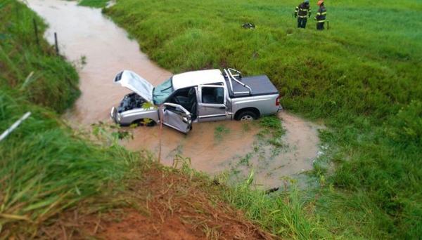 Caminhonete capotou em estrada vicinal e caiu no córrego (Foto: Reprodução/Jornal Regional).