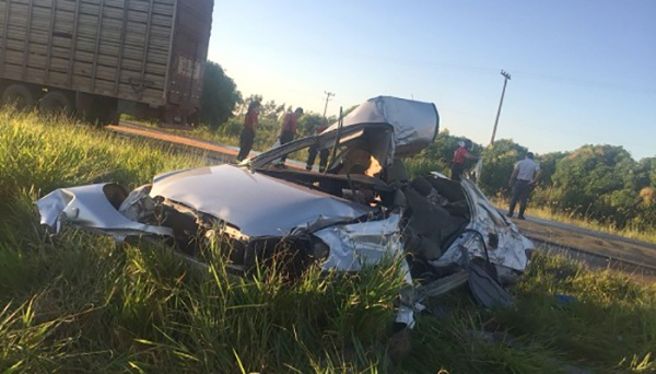 Acidente entre Corolla e caminhão boiadeiro foi na manhã deste sábado, na SP-294 (Fotos: Reprodução/Portal Regional).