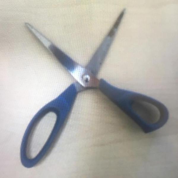 Tesoura utilizada durante crime; adolescente recebeu voz de apreensão (Foto: Cedida/PM).
