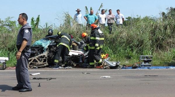 Corolla ficou totalmente destruído após colisão frontal e vitimou um homem de 31 anos (Fotos: Reprodução/Portal Regional).
