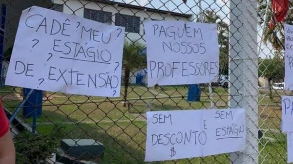 Cartazes afixados no alambrado do campus 1 da UniFAI, em protesto, nesta segunda-feira (Cedida).