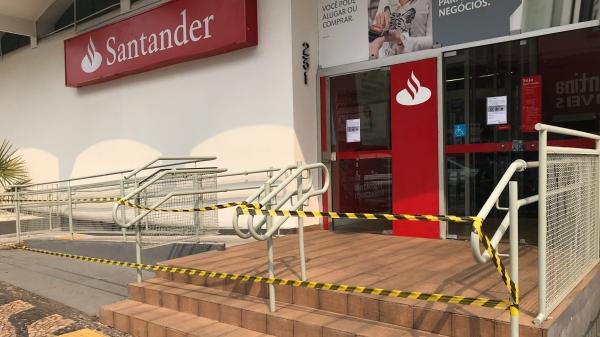 Agência do Santander de Adamantina está temporariamente fechada nesta quinta-feira (Foto: Siga Mais).