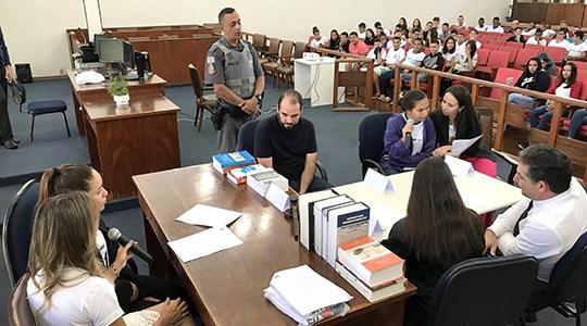 Estudantes da Escola Estadual Helen Keller participam de simulado e ocupam posições de juiz, promotor, advogado e vítima (Fotos: Siga Mais).