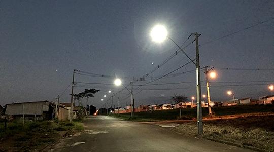 Nesta segunda-feira (9) a iluminação pública com lâmpadas led foi ativada no trecho da Rua Santa Catarina, entre o conjunto Mário Covas e o Residencial San Miguel I (Foto: Siga Mais).
