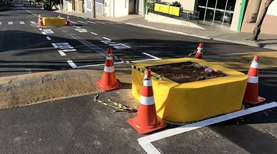 Prefeitura diz que obras estão dentro das normas de trânsito, e que canteiros centrais foram executados após pedido de empresário para melhorar o estacionamento aos munícipes que frequentam o estabelecimento (Foto: Siga Mais).